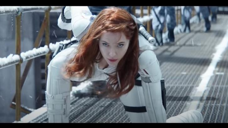 Scarlett Johansson amerikai színésznő a Fekete Özvegy című filmje egyik jelentében