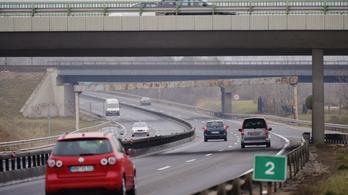 Hószállingózás és eső is lassítja a közlekedést országszerte