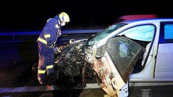 180 kilométer per órás sebességgel csapódott a szalagkorlátnak egy Skoda az M5-ös autópályán