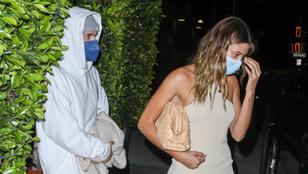És akkor Hailey Bieber lábujjai szelíden lecsorogtak a cipőjéről