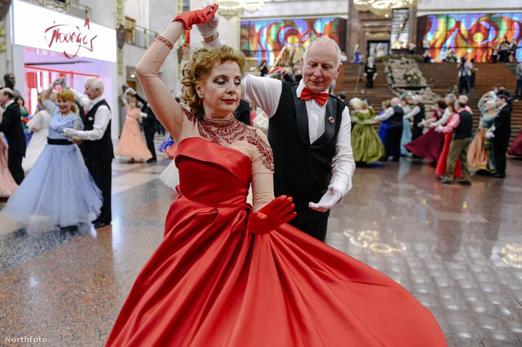 A vörösnek ez az árnyalata nagyon népszerű volt, a ruhához jól passzol a kesztyű és a táncpartner csokornyakkendője.