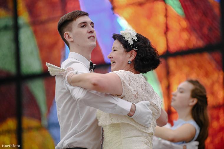 Ez a fiatalamber itt valószínűleg édesanyjával táncol.