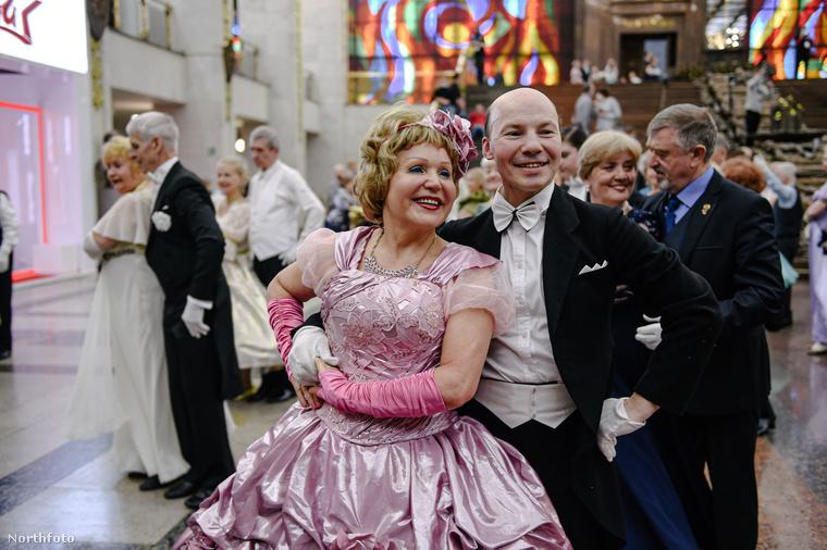Erről a rózsaszín szettet (fejdísszel!) viselő nőről egyszerűen lerí az afölött érzett öröm, hogy viselheti ezt a ruhát egy bálban, ékszerekkel, sminkkel