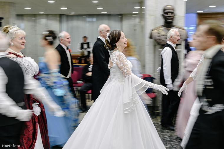 Ez a ruha akár menyasszonyi ruhának is beillene.