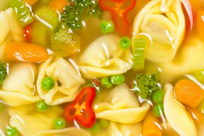 Sűrű zöldségleves tortellinivel – Tavaszi zöldségekkel a legfinomabb