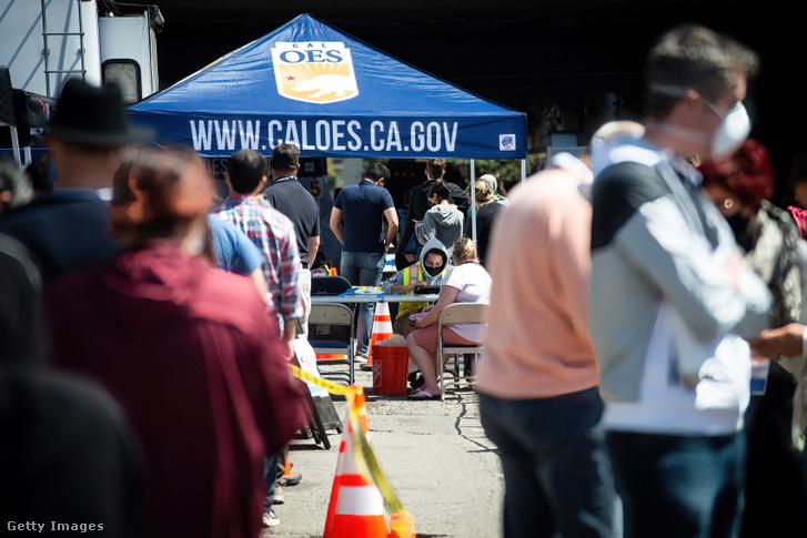 Emberek százai várakoznak, hogy megkapják a Janssen Covid–19-vakcináját Oaklandben