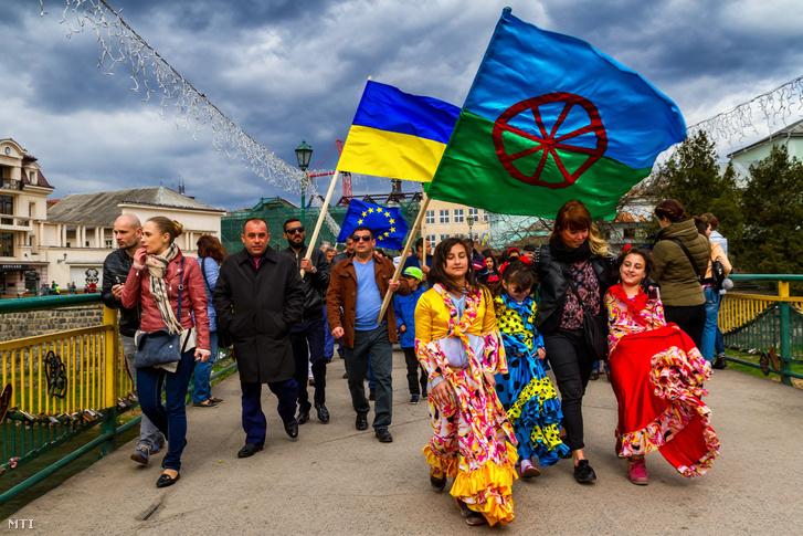 Résztvevők a roma kultúra napja alkalmából tartott felvonuláson a kárpátaljai Ungváron 2017. április 8-án