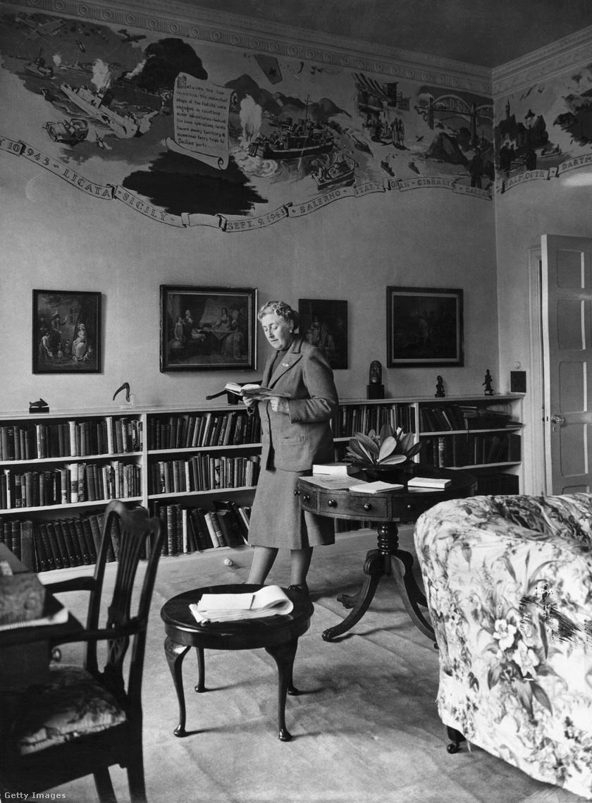 Agatha Christie a könyvtárszobában.