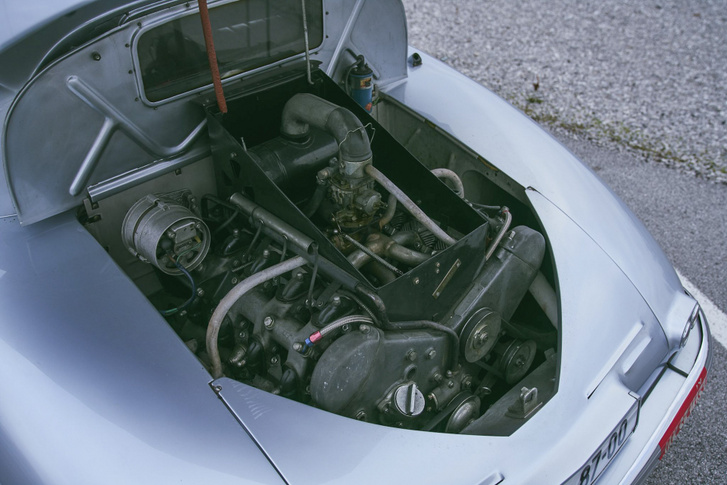 Az utastérről leválasztott OHC V8 90°-os, és nyomatékra hangolt, hogy minél kevesebbet kelljen váltani