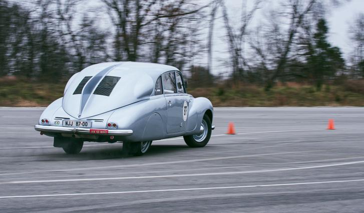 Egészen kis sebességgel megcsúszhat a T87 fene, és a hátsó gumik ezt nem köszönik meg