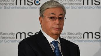 A kazah elnököt is beoltották
