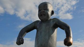 Megrongálták Vigeland toporzékoló, mérges kisfiút ábrázoló szobrát