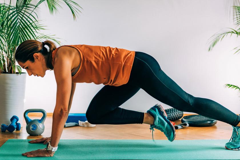 A hegymászógyakorlat erősíti a hasüreget körülvevő izomcsoportokat, az úgynevezett core izmokat. Végezz dinamikus, váltott lábfelhúzásokat 30 másodpercen keresztül, majd pihenj!