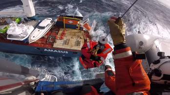 Így mentik az embereket egy bajba jutott teherhajóról