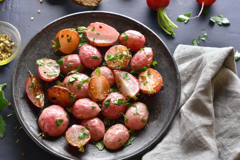 Zöldfűszeres sült retek, ami belül szinte krémes lesz: tökéletes köret húsok mellé