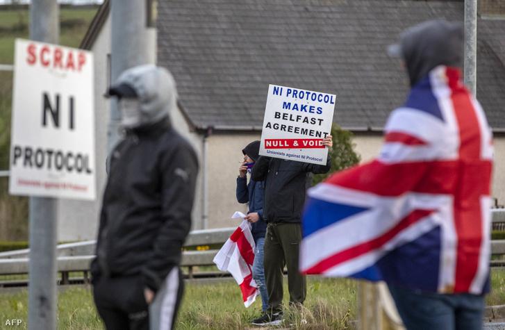 Tüntetés az észak-írországi Antrim megyében 2021. április 6-án