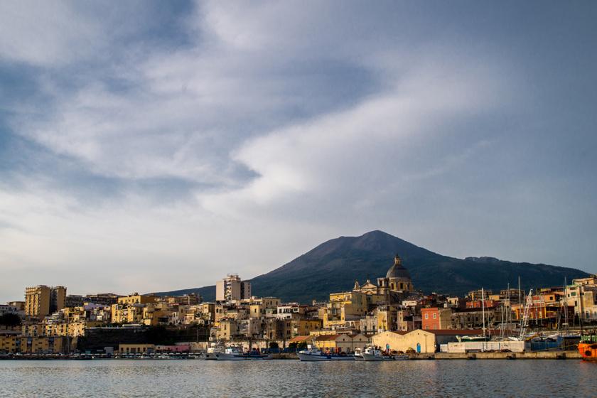 Torre Annunziata a tengerről, a háttérben a Vezúv.