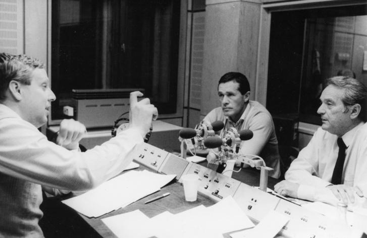 A Magyar Rádió stúdiója, Wiesinger István riporter, Mezey György labdarúgó szövetségi kapitány és Szepesi György MLSZ-elnök