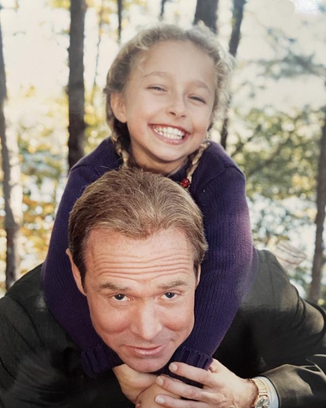 Ez nem egy családi fotó, hanem az Emlékezz a titánokra cím film egyik forgatási szünetben készült, hősünk Will Patton nyakában látható.