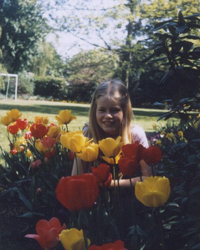 Kislány tulipánokkal, egy régi húsvéton.