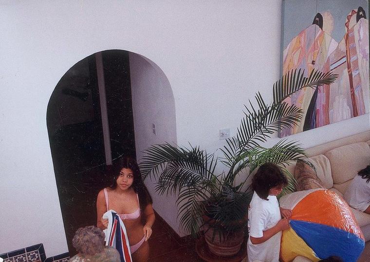 Utolsó feladványunk egy nyaralós képen, körülbelül 16 évesen látható itt.
