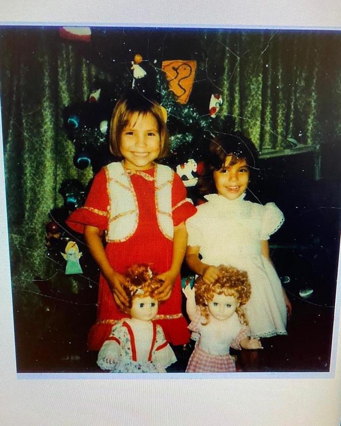 Itt a jobb oldalon álló kislányra kell koncentrálni,