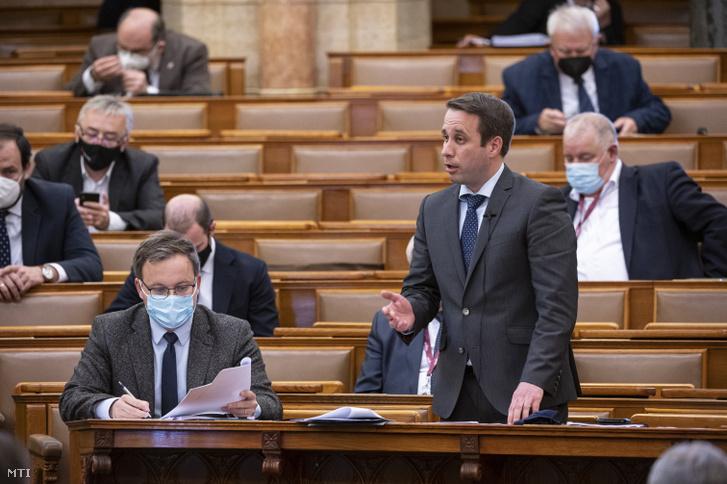 Dömötör Csaba, a Miniszterelnöki Kabinetiroda parlamenti államtitkára napirend előtti felszólalásra válaszol az Országgyűlés plenáris ülésén 2021. április 7-én