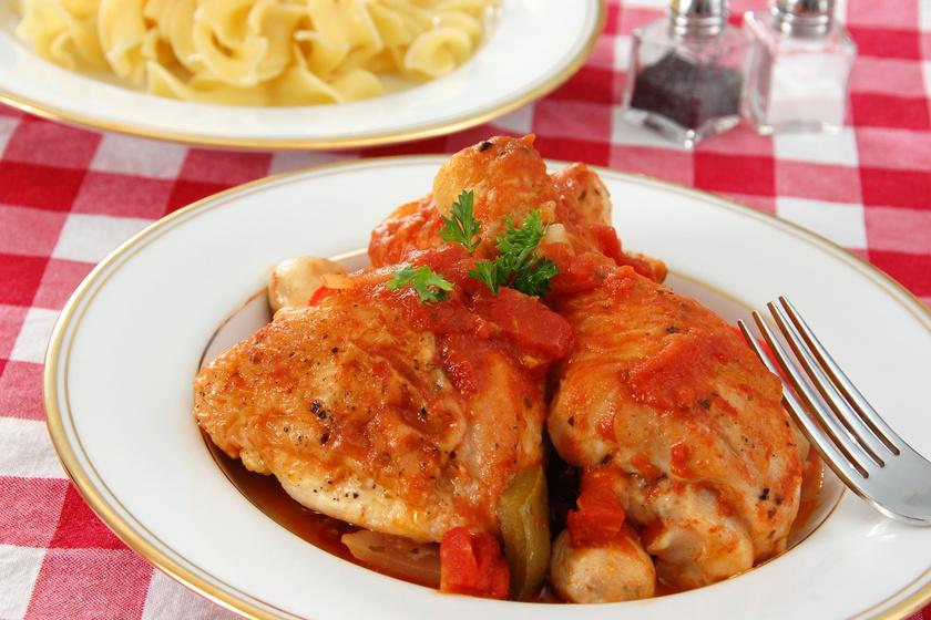 Szaftos, omlós csirkecomb paradicsomos szószban: mediterrán fűszerekkel
