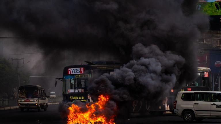 Tűz, robbanások és lövések Mianmarban, több mint egy tucat halott