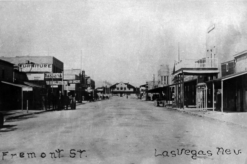 Las Vegast farmerek, vasutasok és kereskedők alapították, de nem telt bele sok idő, hogy rájöttek, nem a forrásokban van az igazán nagy pénz, hanem a szerencsejátékban. 1844-ben érkezett a területre John C. Frémont amerikai katonatiszt, botanikus, Nyugat-Amerika egyik felfedezője, akinek az írásai felkeltették a kalandorok kíváncsiságát. Nevét viseli a belváros egyik utcája, ami 1900 körül a képen láthatóan nézett ki.