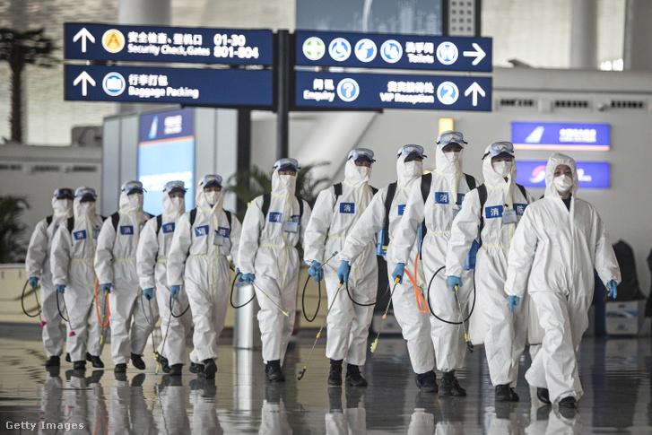 Fertőtlenítés a vuhani repülőtéren 2020. áprilisban