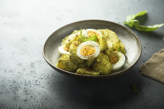 Néhány tojás is remek lesz a tetején, főleg, ha csiliszószt is adsz hozzá.