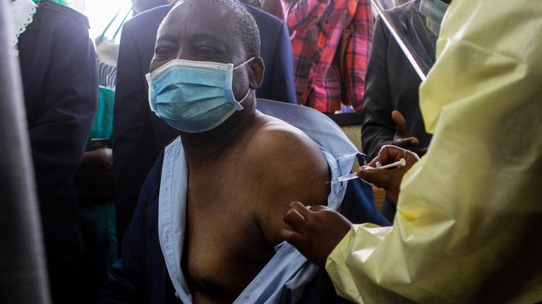 Gazdagok és szegények: így osztják a vakcinát világszerte