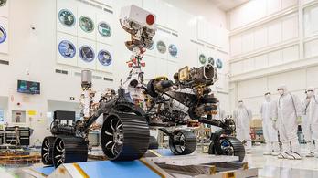 A szemünk láttára előzheti a marsi autózás a holdit