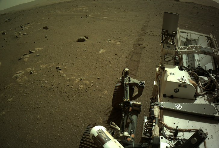 A Perseverance keréknyomai a marsi felszínen