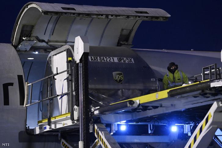 Kipakolják a Pfizer-BioNTech vakcinákat tartalmazó konténert egy repülőgépből a Budapest Liszt Ferenc Nemzetközi Repülőtéren 2020. december 30-án.