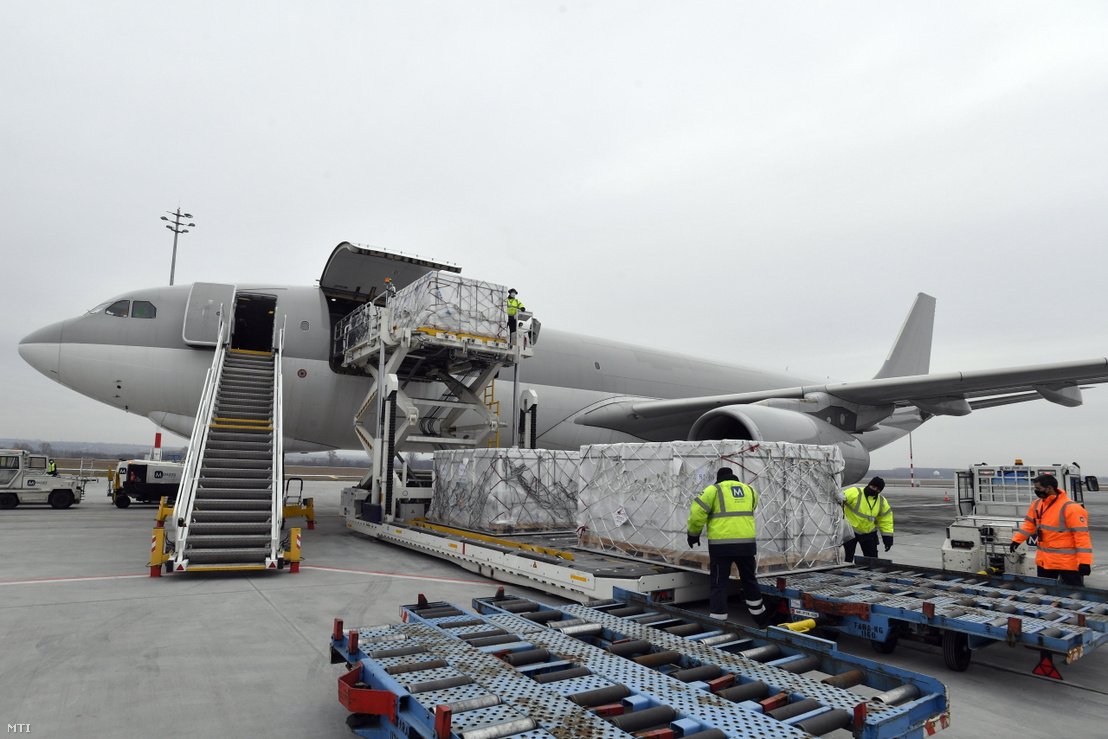A Sinopharm kínai gyógyszergyártó cég koronavírus elleni vakcináit pakolják ki a Külgazdasági és Külügyminisztérium által vásárolt Airbus 330 típusú teherszállító repülőgépből a Liszt Ferenc repülőtéren 2021. február 16-án