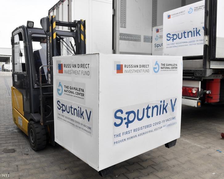 Az orosz Szputnyik V koronavírus elleni vakcinából álló újabb szállítmányt pakolják ki a Hungaropharma gyógyszer-nagykereskedelmi vállalat budapesti telephelyén 2021. március 4-én