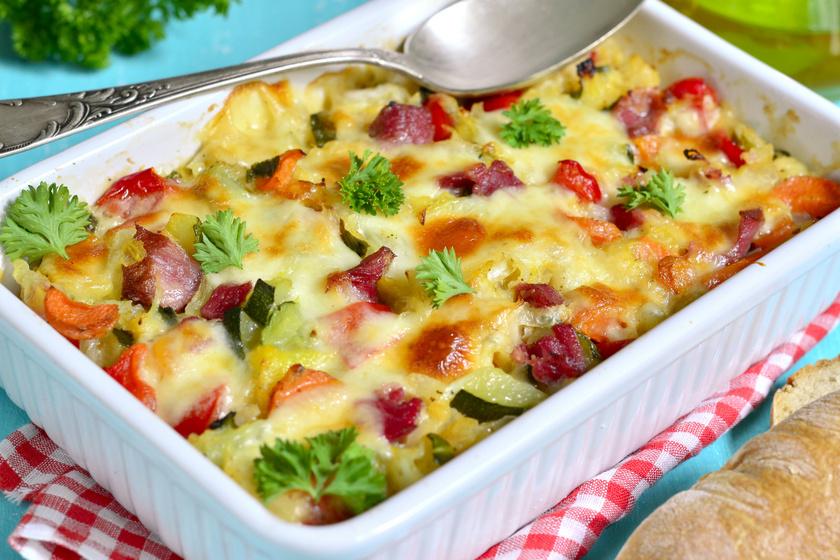 Tejszínes, zöldséges rakott krumpli: sok sajttal és sonkával még finomabb