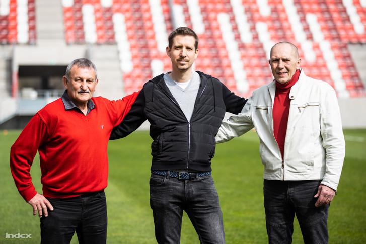 Sántha Gergely (középen) két klublegenda, Veréb György (balra) és Tatár György (jobbra) társaságában, akik tagjai voltak a DVTK Aranycsapatának