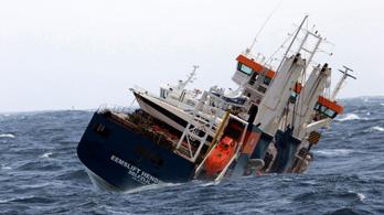 Videó: drámai mentőakció az Északi-tengeren, elszabadult jachtszállítót kellett megfékezni