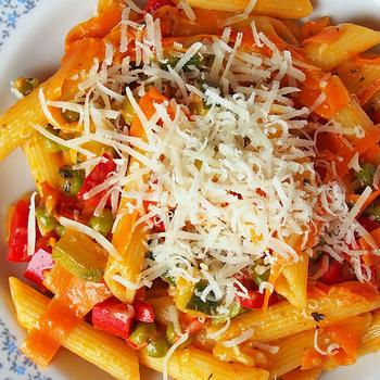Színes, tavaszi tészta rengeteg friss zöldséggel: könnyed, mégis tápláló ebéd