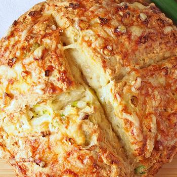 Újhagymával és sajttal gyúrt kenyér: kelesztés és dagasztás nélkül készül