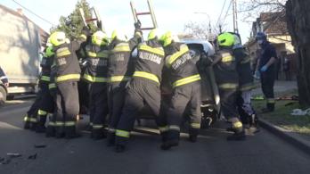 Videó: így fordították vissza kerekeire a felborult autót Csepelen