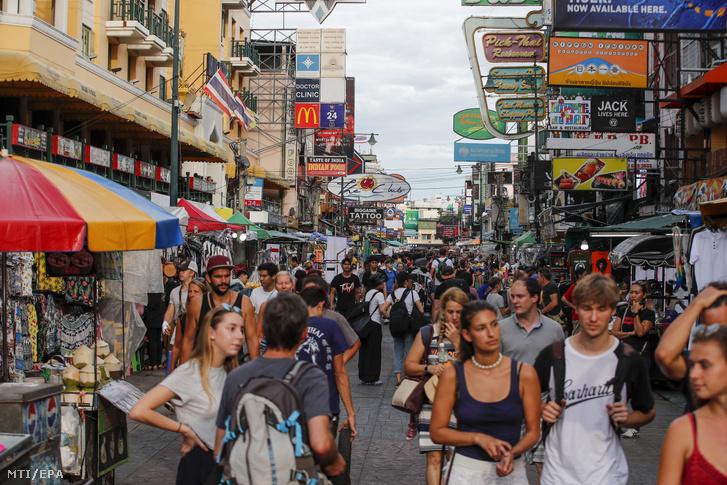 A thaiföldi főváros Bangkok turisták körében népszerű Khao Szan utcája 2019. augusztus 21-én