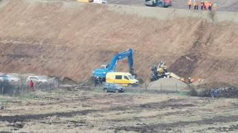 Építkezés közben lebukfencezett az M30-asról egy markológép