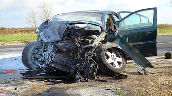 Kamionos oltott el egy balesetben kigyulladt autót Kiskunfélegyházánál