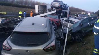 Autószállítót ért baleset, úgy nézett ki az M7-es, mintha bombatámadás érte volna