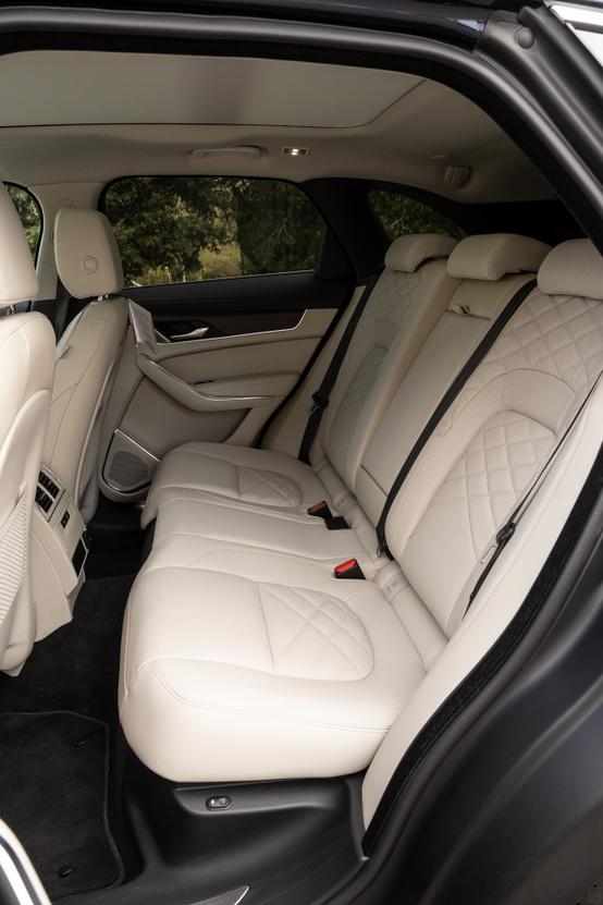 Kényelmes a hátsó ülés, és a háttámla dőlése oldalanként elektromosan állítható, de a lábnak nem jut akkora tánctér, mint a kocsi méreteiből gondolnánk