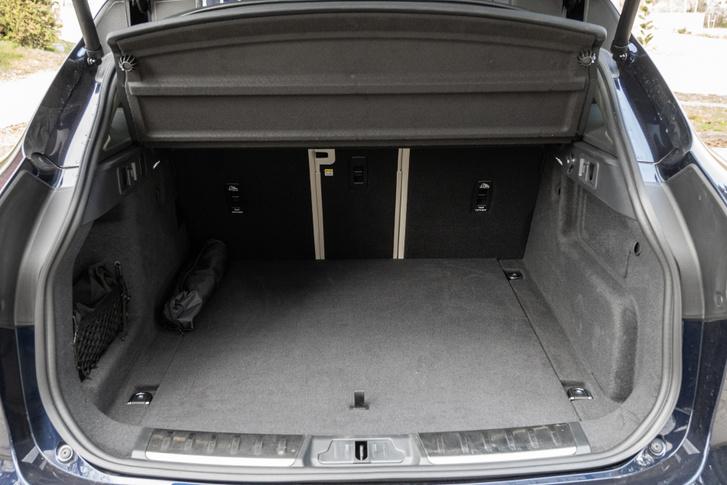 A csomagtér olyan, amiért SUV-ot veszünk: jól pakolható, tágas, szépen kárpitozott és az ülésdöntés is egyszerű. A padló alá választható teljes- vagy szükségpótkerék